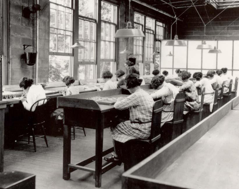 fabryka tarcz zegarowych malowanych farbą radową, pracownice przy pracy